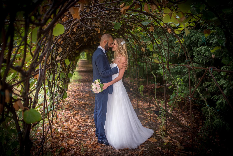 collezione couture hayez eleganza, sposi sotto arco di foglie, nozze d'autunno, le spose di couture hayez, pose per sposi