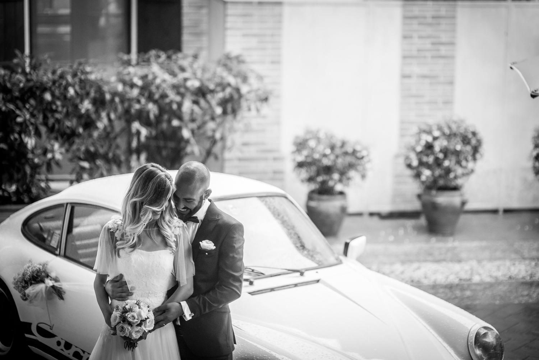 foto di coppia sposi, auto d'epoca bianca nozze, sposa con bouquet di rose, le spose di couture hayez, foto matrimonio bianco e nero