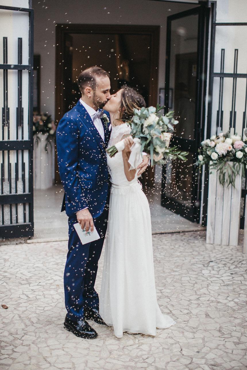 uscita dalla chiesa, lancio del riso, bacio degli sposi, sposa con bouquet