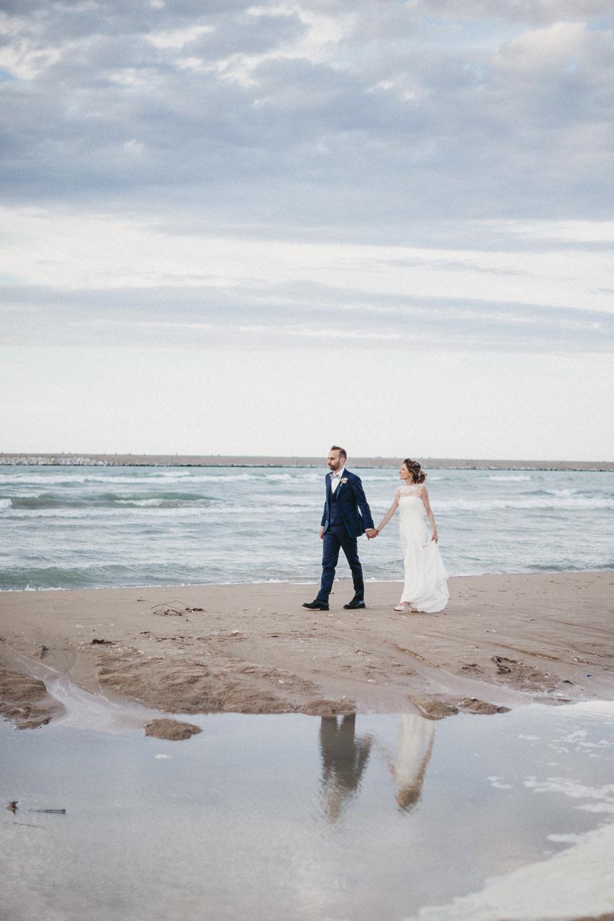 sposi al mare, sposi passeggiano sul bagnasciuga, abito sposa couture hayez
