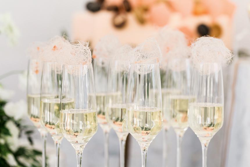 food e catering luxury hotel davos, flute spumante e nuvole di caramello