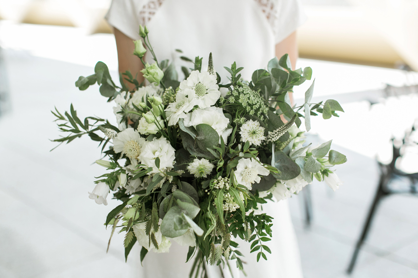 bouquet a cascata con fiori bianchi e foglie verdi, bouguet green, bouquet naturale