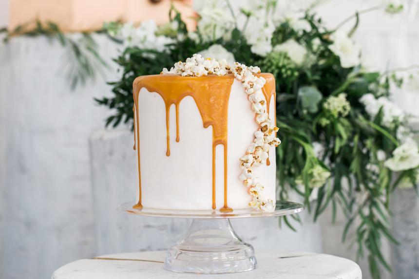 wedding cake con glassa colata al caramello, popcorn wedding cake,