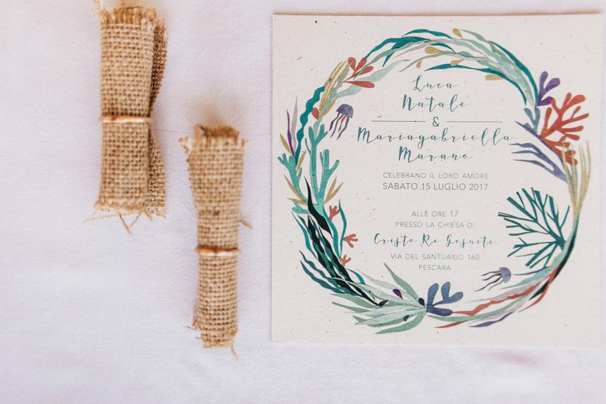partecipazione nozze, colori tenui, fedi d'oro martellate, matrimonio tema mare
