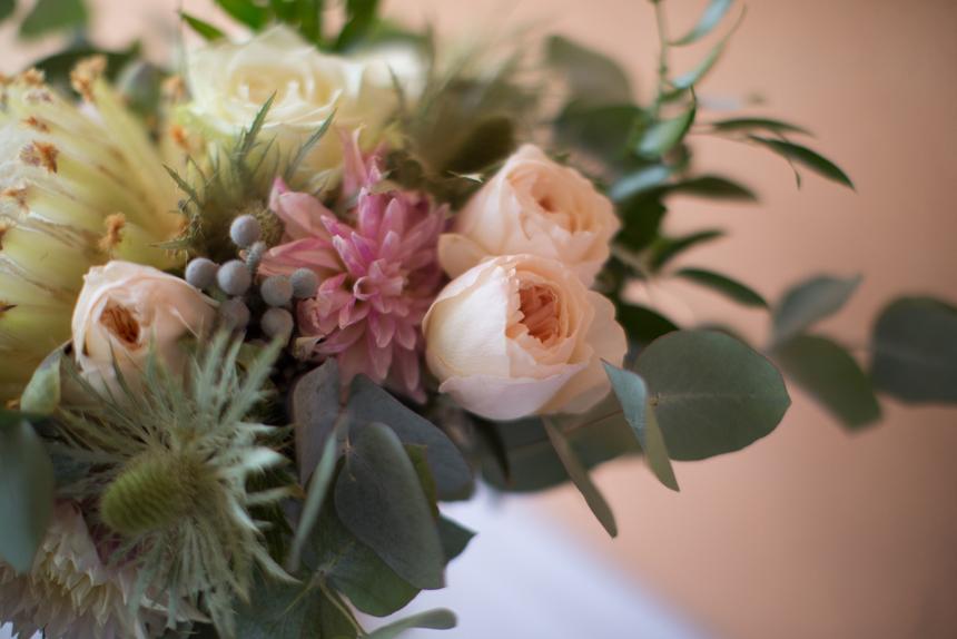 bouquet sposa dettaglio, rose color pesca, fiori grassi, bacche, dalia rosa