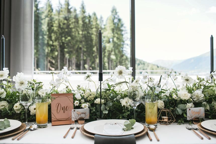 allestimento tavoli nozze, tavolo imperiale con fiori bianchi, wedding palette white copper green