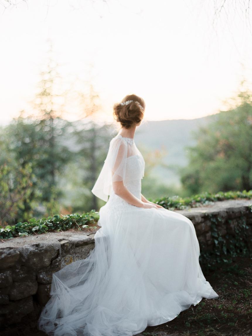 nozze in toscana, sposa al tramonto, abito sposa vaporoso e leggero, chignon morbido con fiorellini