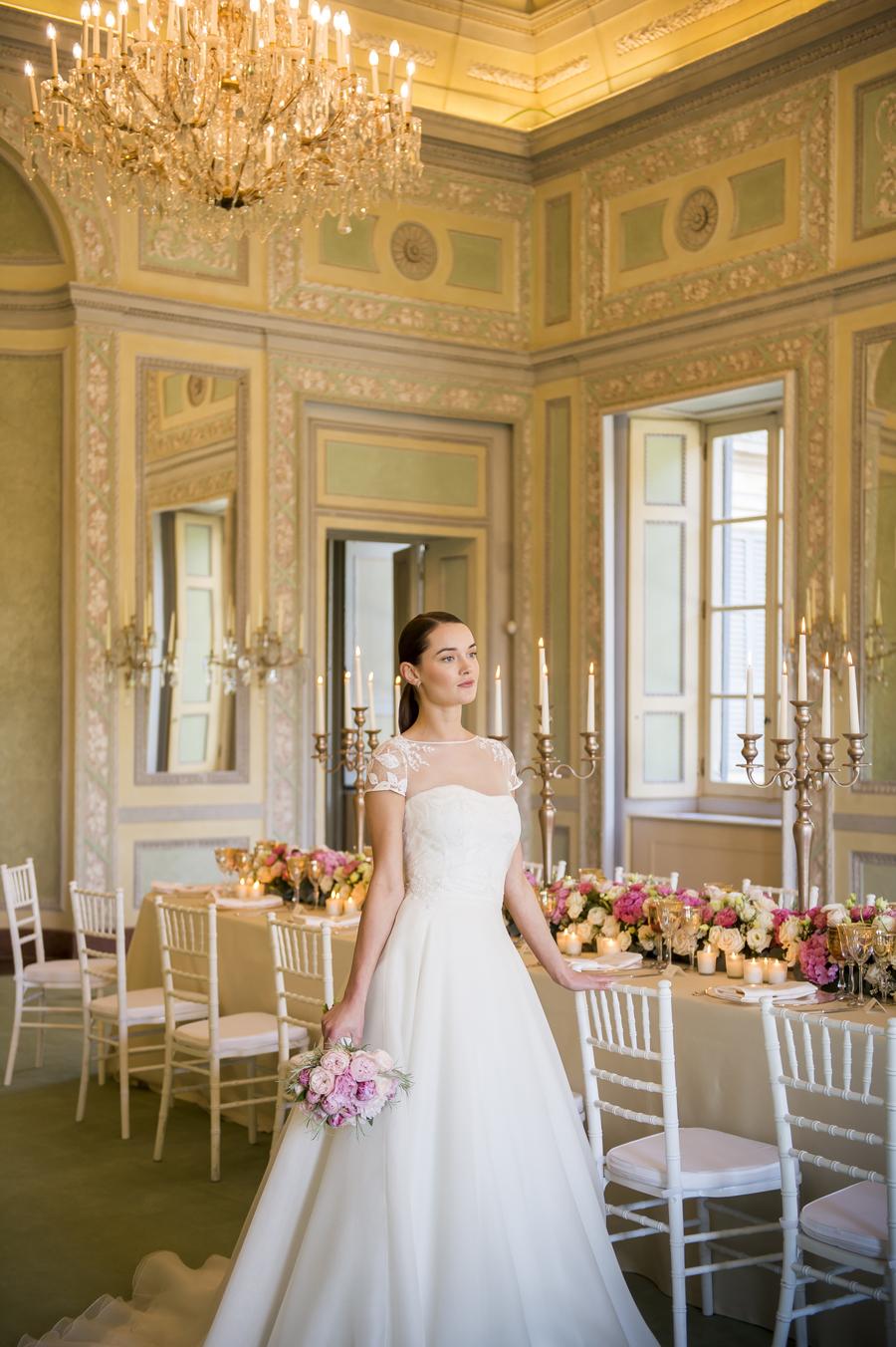 sposa con bouquet di peonie rosa nella reggia di monza
