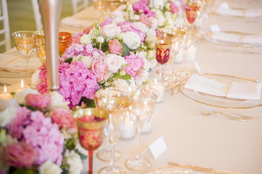 runner di fiori rosa per tavolo imperiale, mise en place reggia di monza