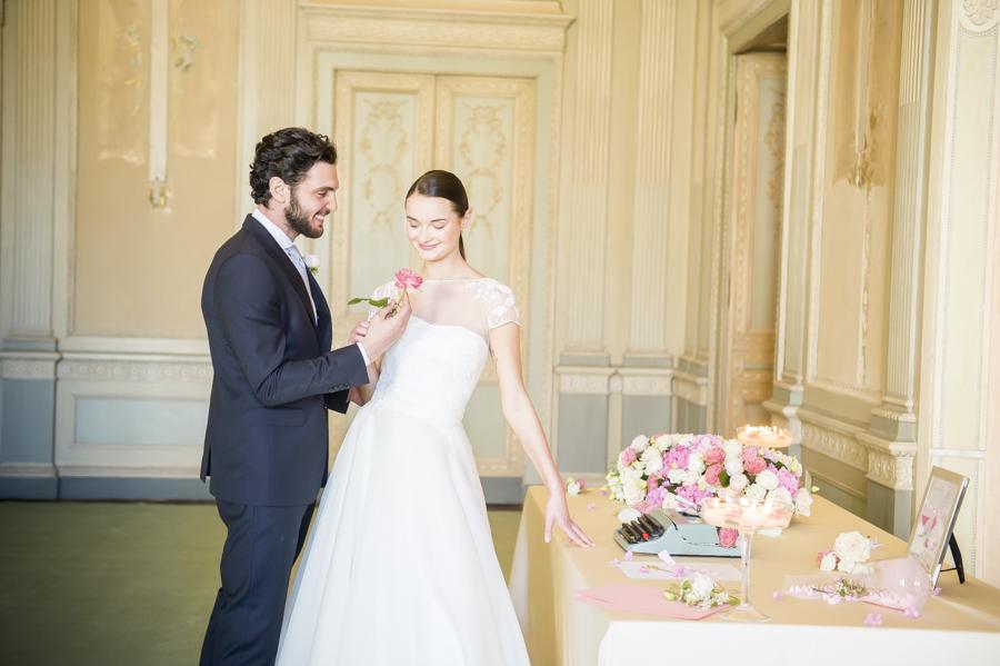abito sposa bianco couture hayez, abito sposo scuro eligo milano, tavolo guestbook