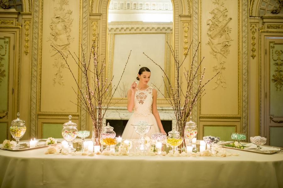 abito da sposa per cambio abito rosa cipria, capelli raccolti sposa e trucco sera, tavolo confettata