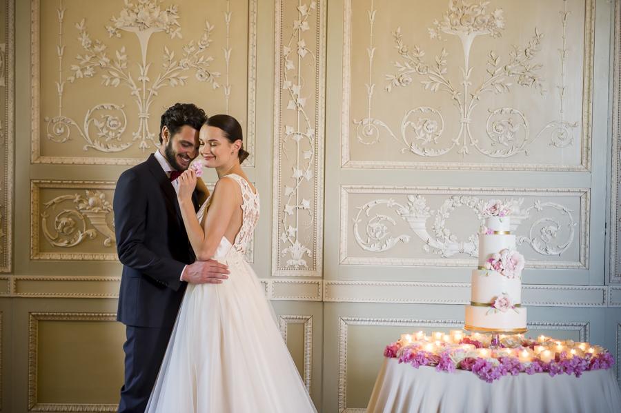 gli sposi al taglio della torta, matrimonio elegante reggia di monza, party serale sposi