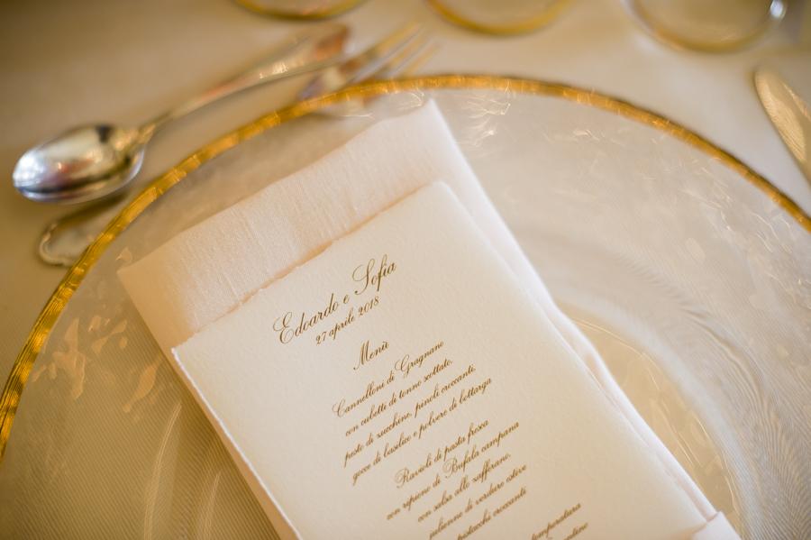 menu matrimonio in carta amalfi con sottopiatto in cristallo e oro zecchino