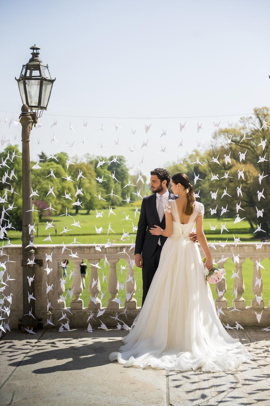 coppia di sposi foto album, origami, reggia di monza, abito sposa ampio in organza