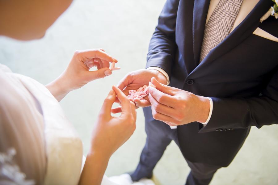 dettaglio sposi leggono il guestbook, matrimonio alla reggia di monza