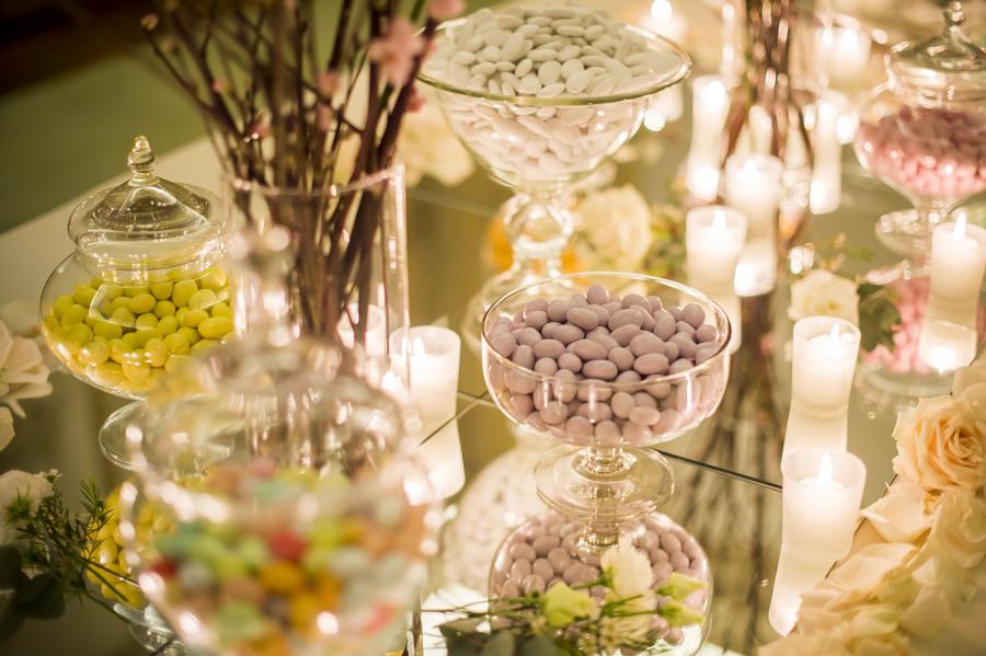 tavolo confettata con specchi e candele, confetti ernesto brusa varese
