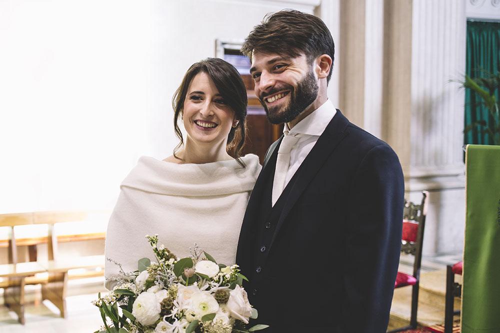 sposa d'inverno , sposi con bouquet, coprispalle lana sposa, abito sposo