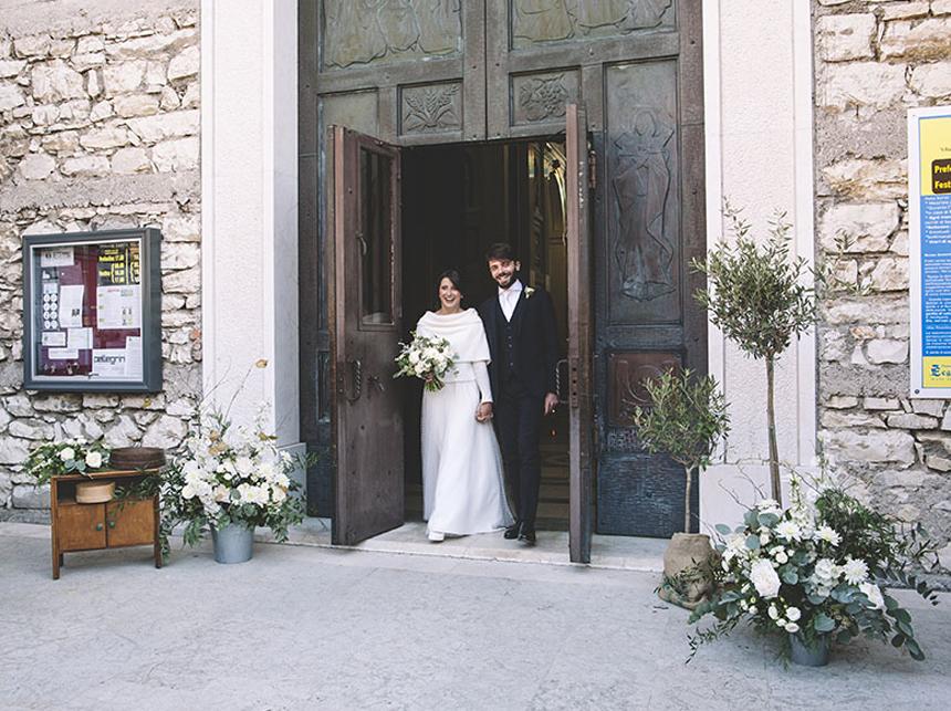 matrimonio invernale, fiori verde e bianchi, uscita sposi chiesa