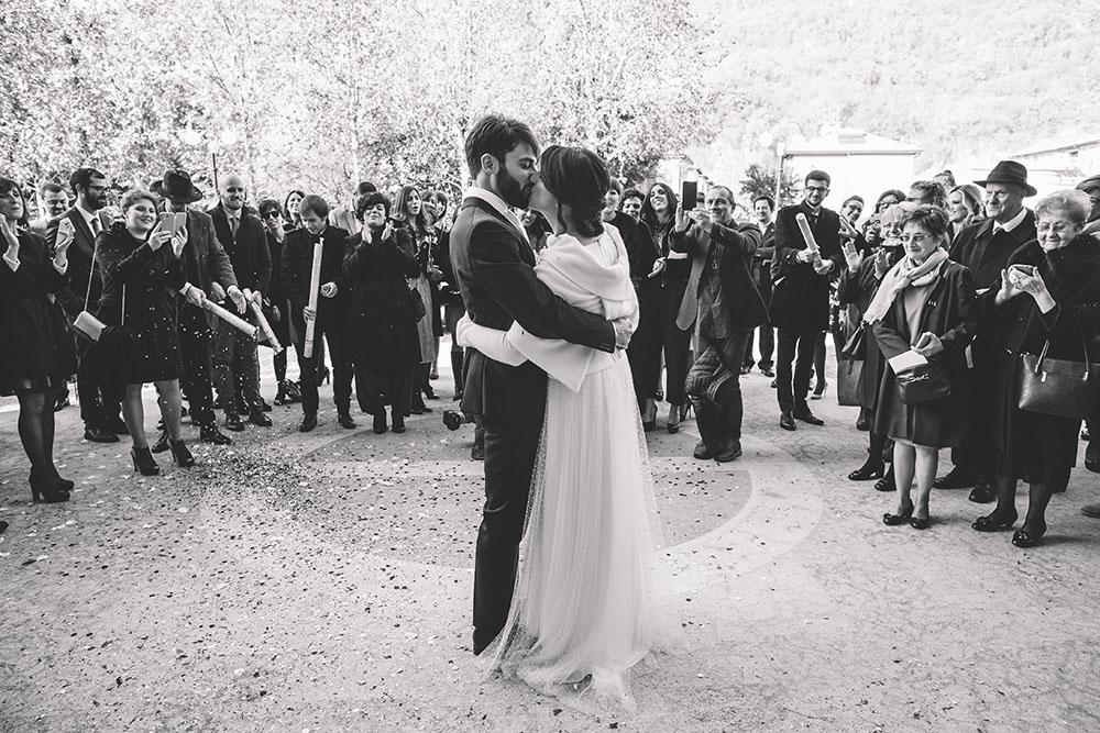 il bacio, foto sposi e invitati, fotografia nozze Il Maestro e Margherita