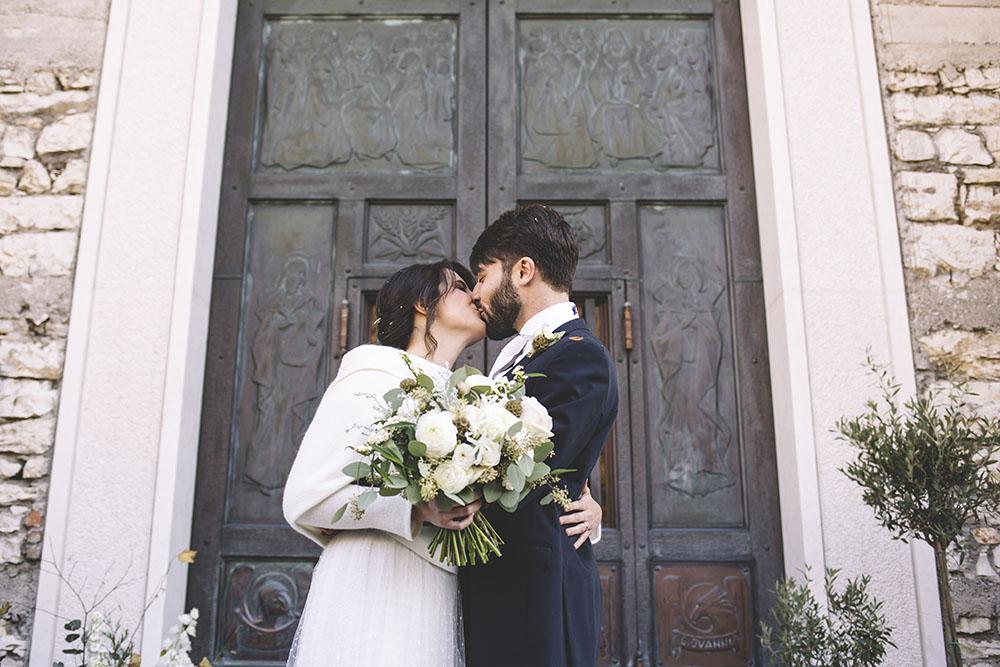 sposa d'inverno, bouquet sposa green, bacio sposi, abito sposa invernale, couture hayez,