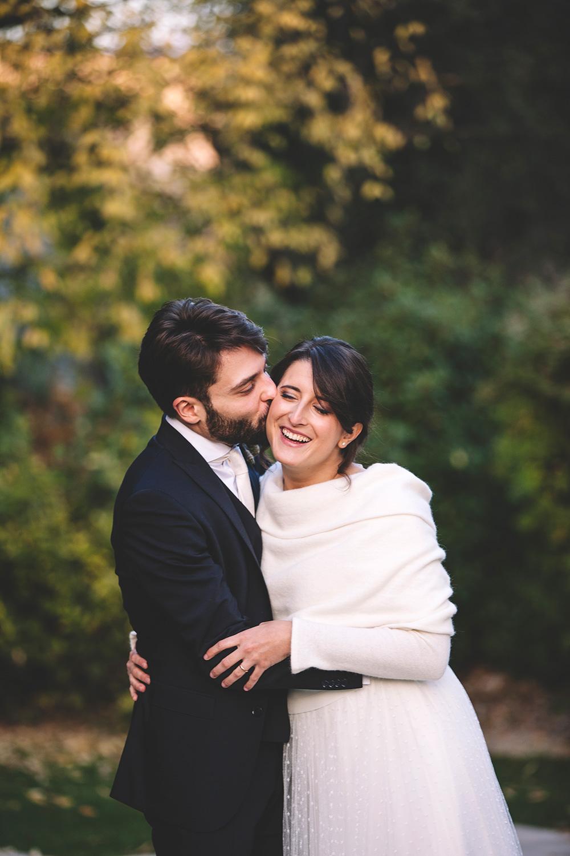 ispirazioni foto sposi, abbraccio sposi, matrimonio invernale, green wedding