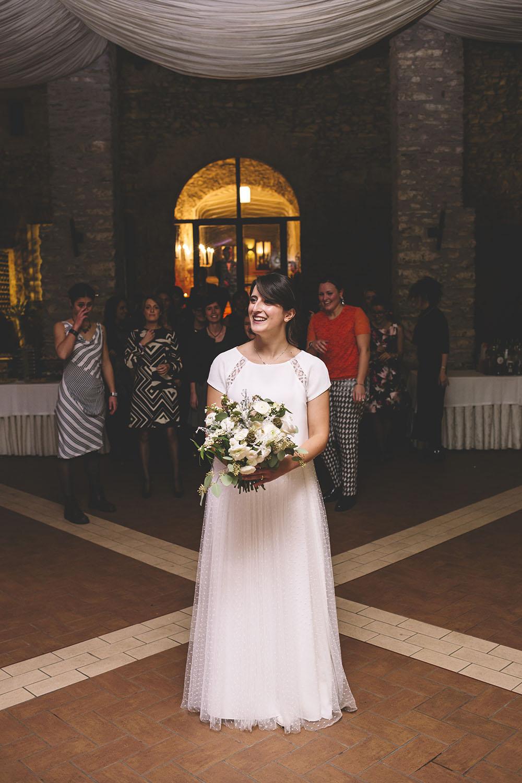 il lancio del bouquet, bouquet sposa green, abito sposa semplice tulle, abito sposa invernale
