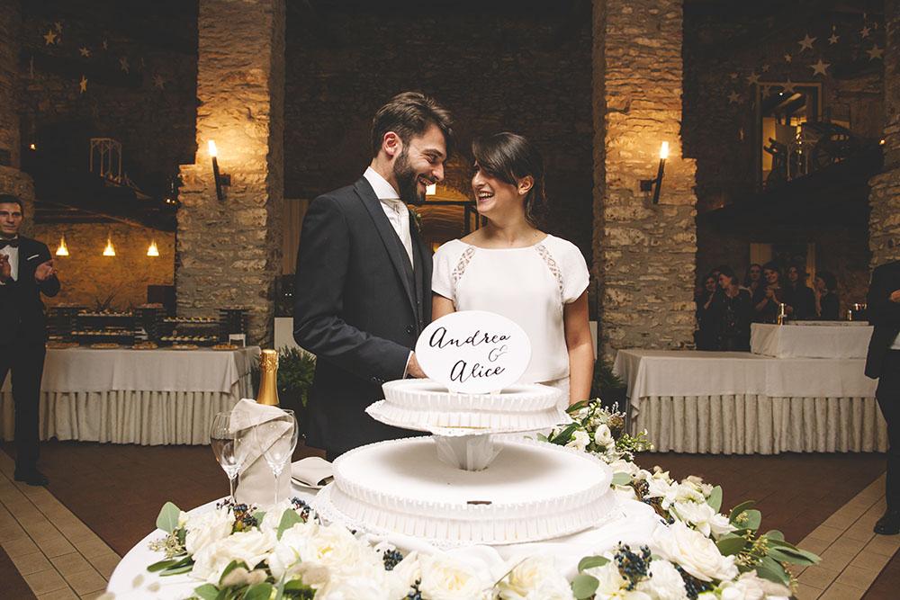 taglio torta sposi, torta nuziale bianca due piani, wedding cake, sposa novembre