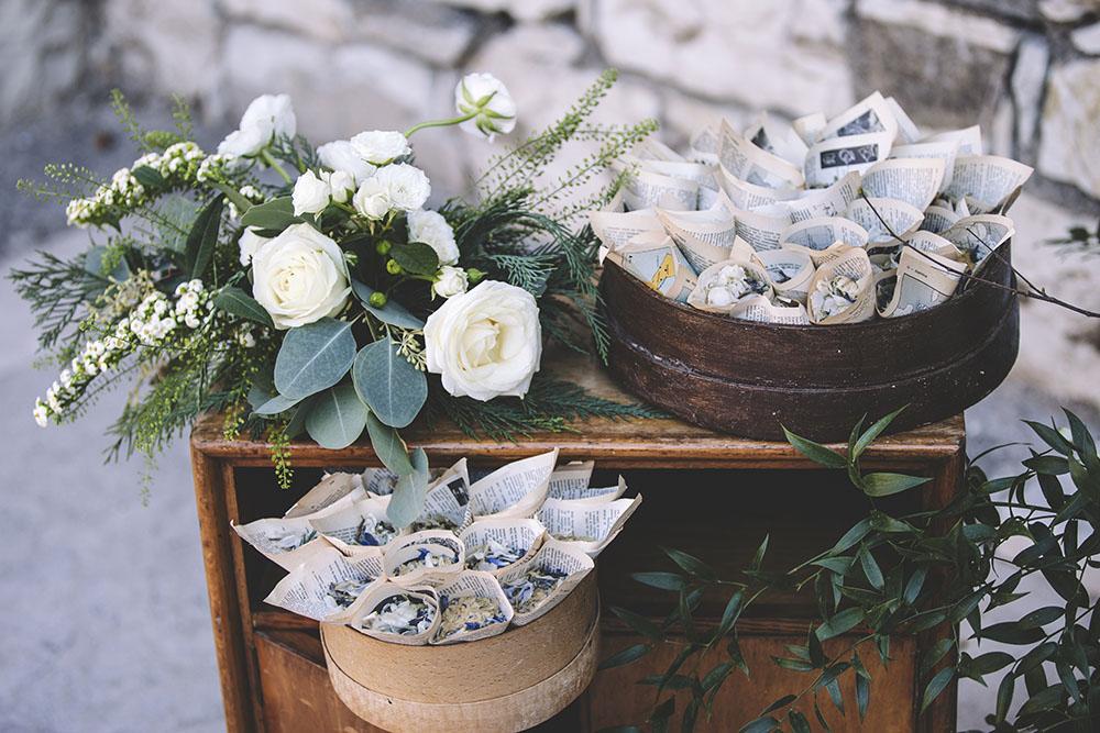 coni portariso, petali carta, coni portariso giornale, allestimento fiori nozze