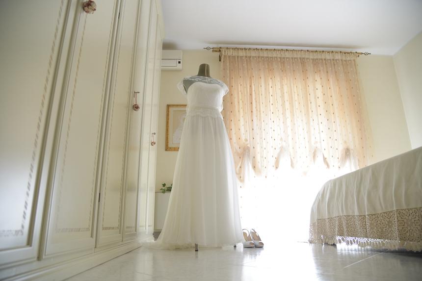 abito da sposa semplice su manichino pronto per essere indossato