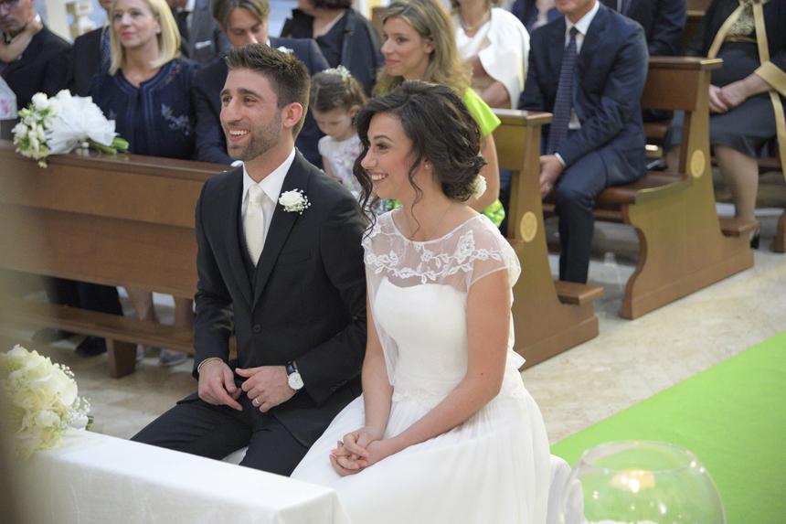 sposi in chiesa con fedi, dettagli allestimento fiori chiesa, matrimonio in puglia
