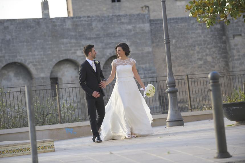 una sposa semplice ed elegante, abito da sposa scivolato con blusa in pizzo, abito sposo grigio con cravatta perla
