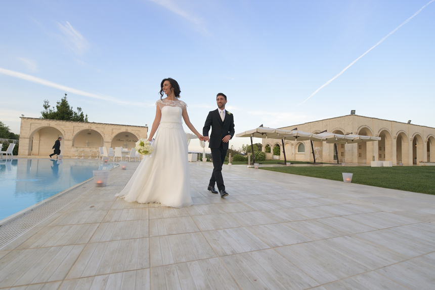 sposi fotografati a bordo piscina, location ricevimento, masseria traetta exclusive