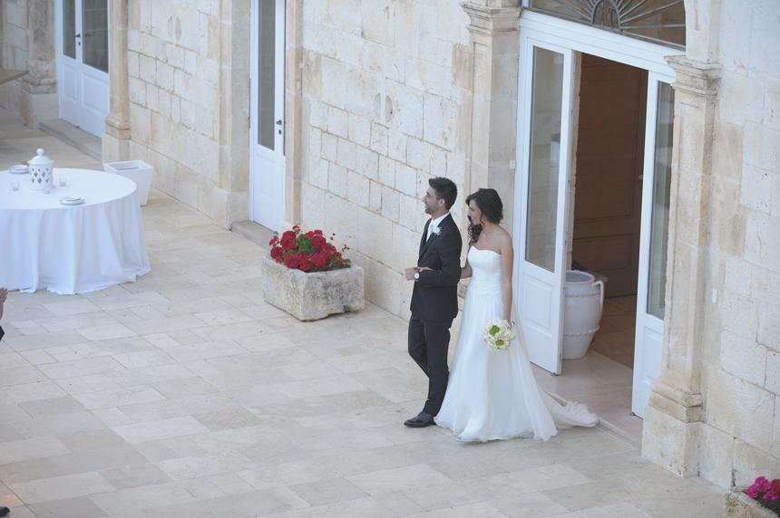 abito da sposa senza blusa con scollo a cuore, abito sposo grigio con bouttoniere fiori bianchi