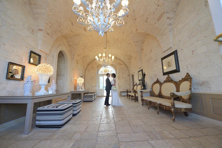 sposi all'interno della villa per foto nella location matrimonio