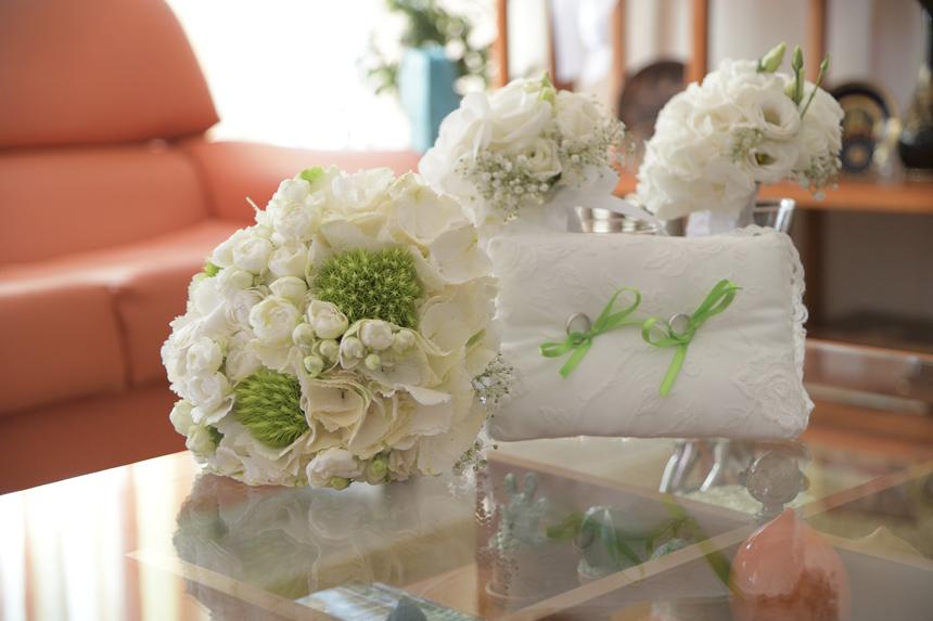 cuscinetto portafedi in pizzo e bouquet tondo bianco, palette colori nozze bianco e verde