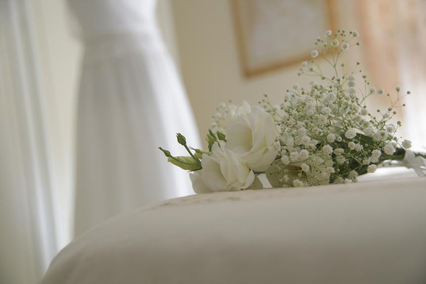 fiori per l'acconciatura sposa, gypsophylla e rose bianche