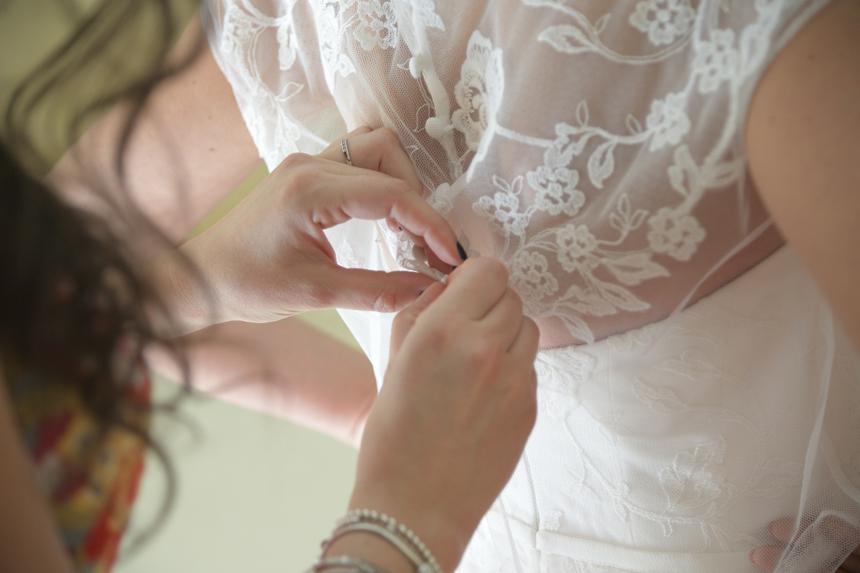 preparazione della sposa, chiusura abito da sposa