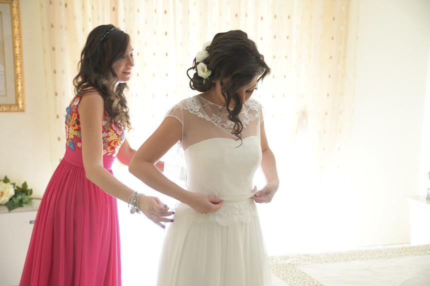 una sposa semplice ed elegante, sposa e sorella pronte per le nozze