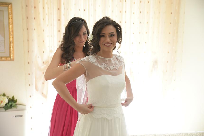 una sposa semplice ed elegante, la sposa indossa la blusa con la sorella