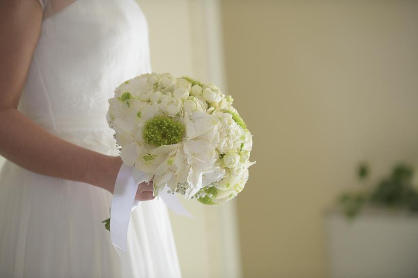 bouquet da sposa bianco e verde rotondo con rose