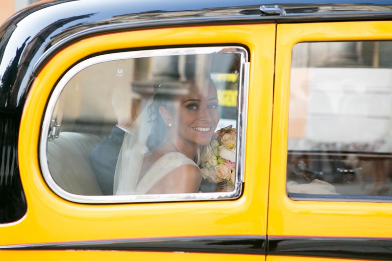 foto sposa in auto, arrivo della sposa