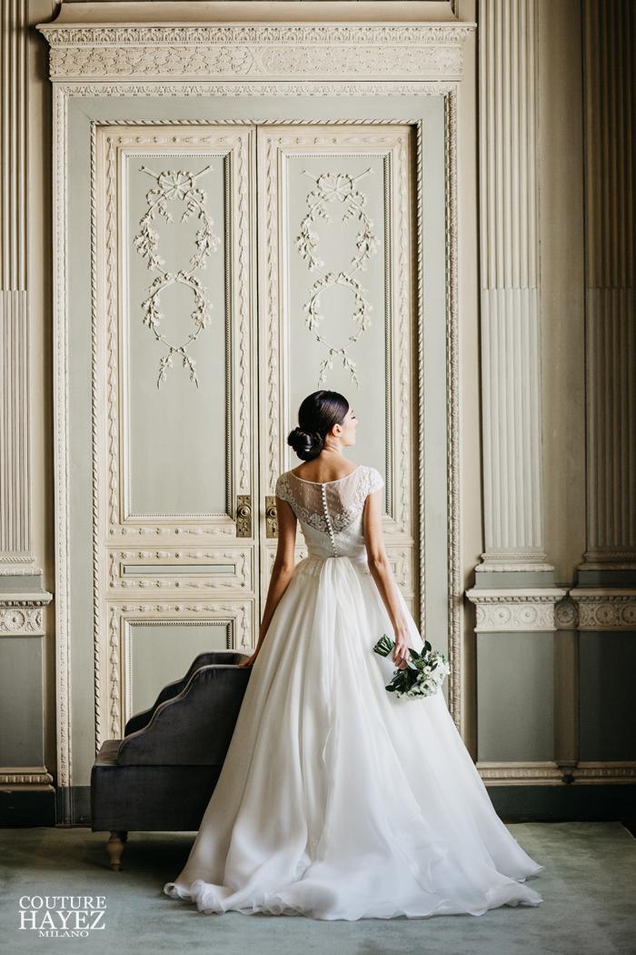 abito da sposa ampio con corpetto a barchetta in pizzo e manichine, abito da sposa principesco