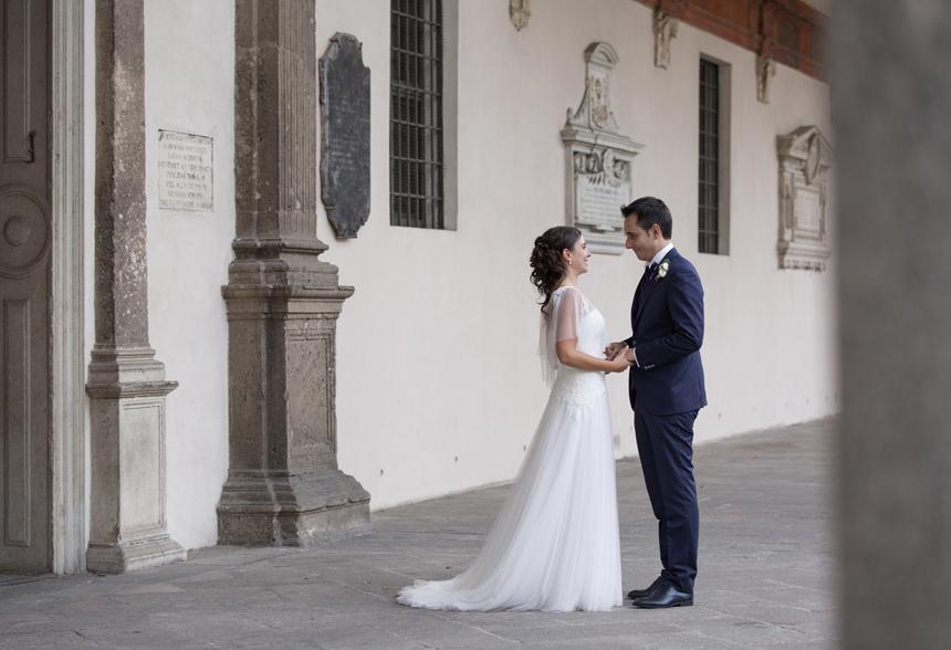 ho detto sì, sposi nel chiostro della chiesa, abito sposa pizzo