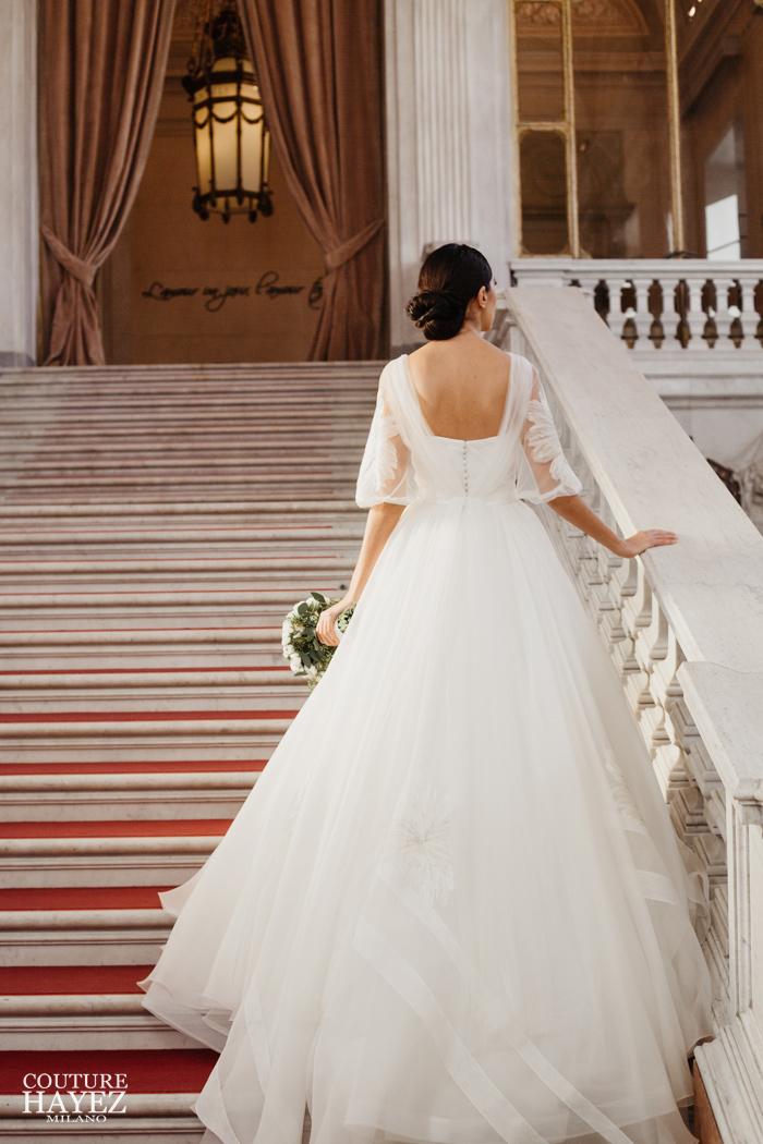 abito da sposa elegante con schiena scoperta e maniche ampie, abito da sposa per matrimonio esclusivo