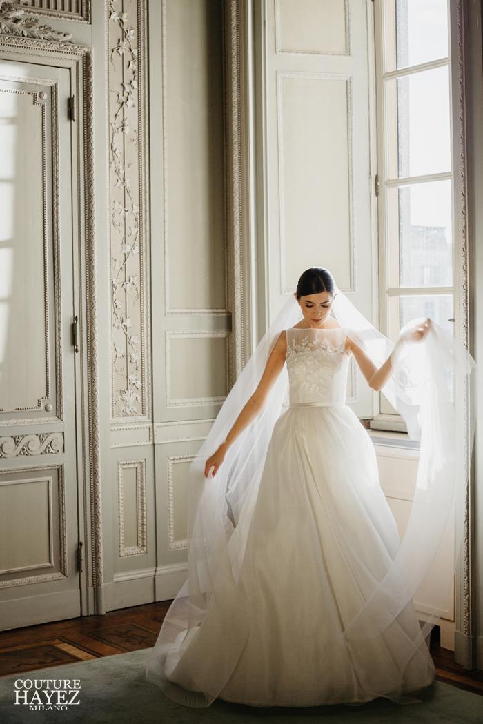 abito da sposa con cintura in raso e scollo a barchetta ricamato, abito sposa bon ton