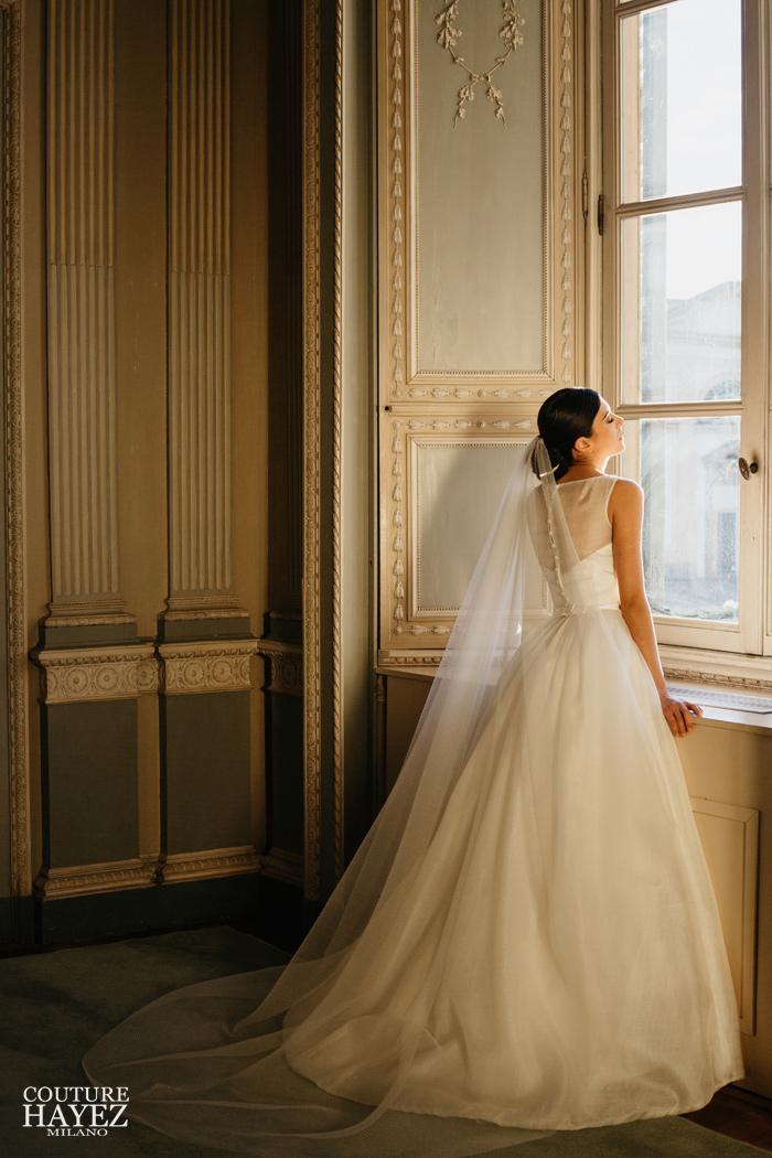 abito sposa con bottoncini sulla schiena e scollo a barchetta, abito sposa bon ton
