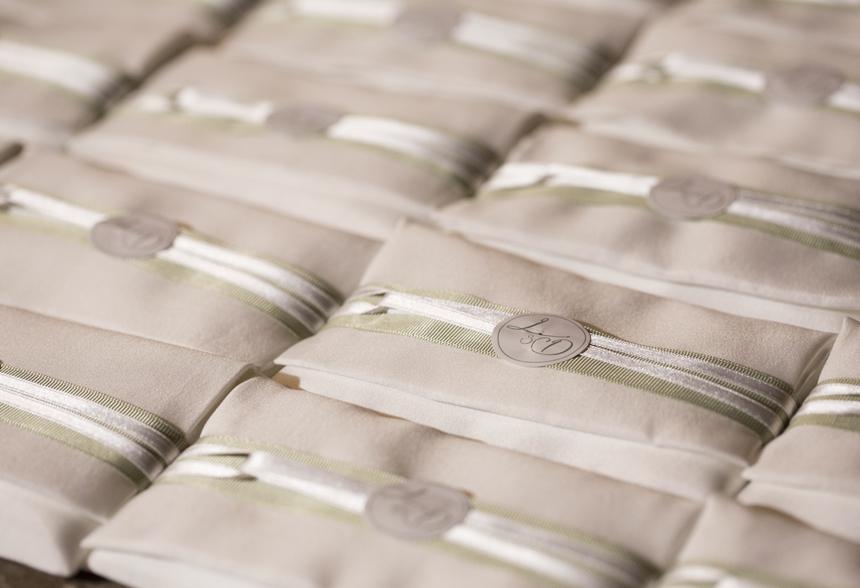 sacchettini portaconfetti con logo degli sposi e nastrini