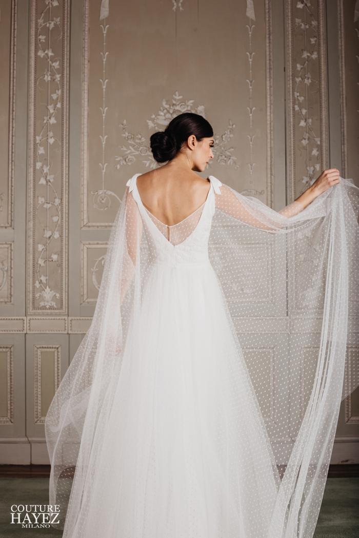 retro abito sposa schiena nuda con mantella in tulle, abito sposa pizzo