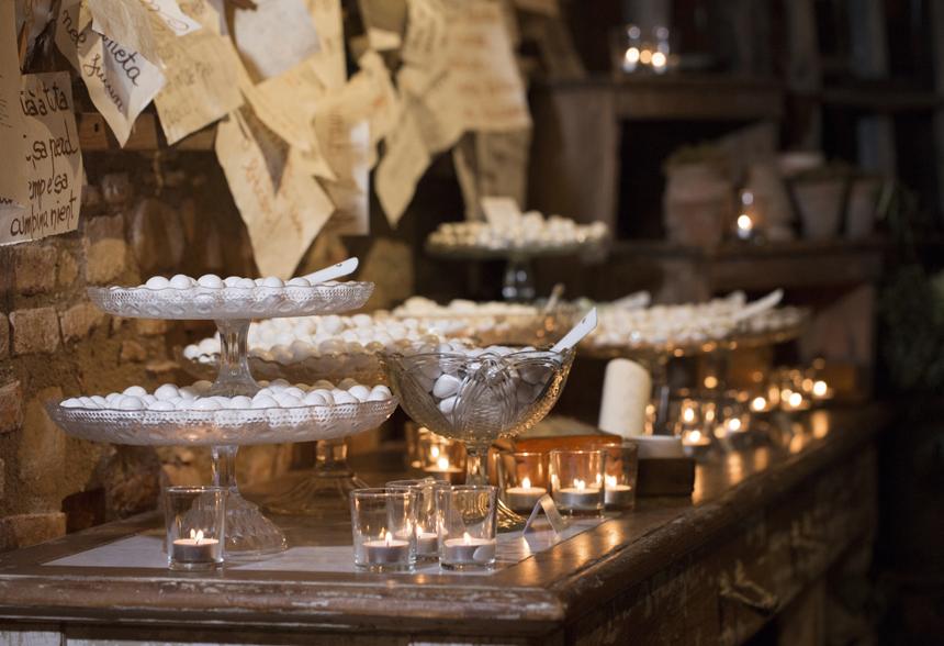 il tavolo della confettata illuminato dalle candele