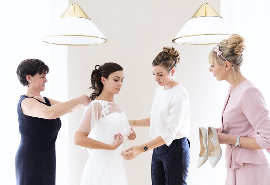 la mamma della sposa e le amiche vestono il coprispalle